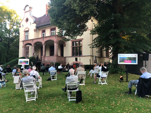 Talk mit Bijan Djir-Sarai FDP-MdB vor dem Hintergrund der Truman Villa